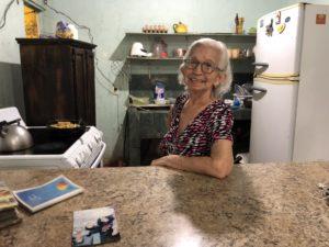Elena en la cocina de su casa