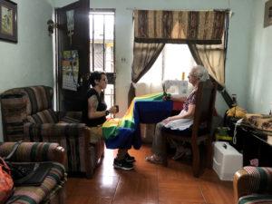 Elena apoya a su nieta Shi Alarcón, activista LGBTI. Cada año cose banderas para la marcha del orgullo en Costa Rica