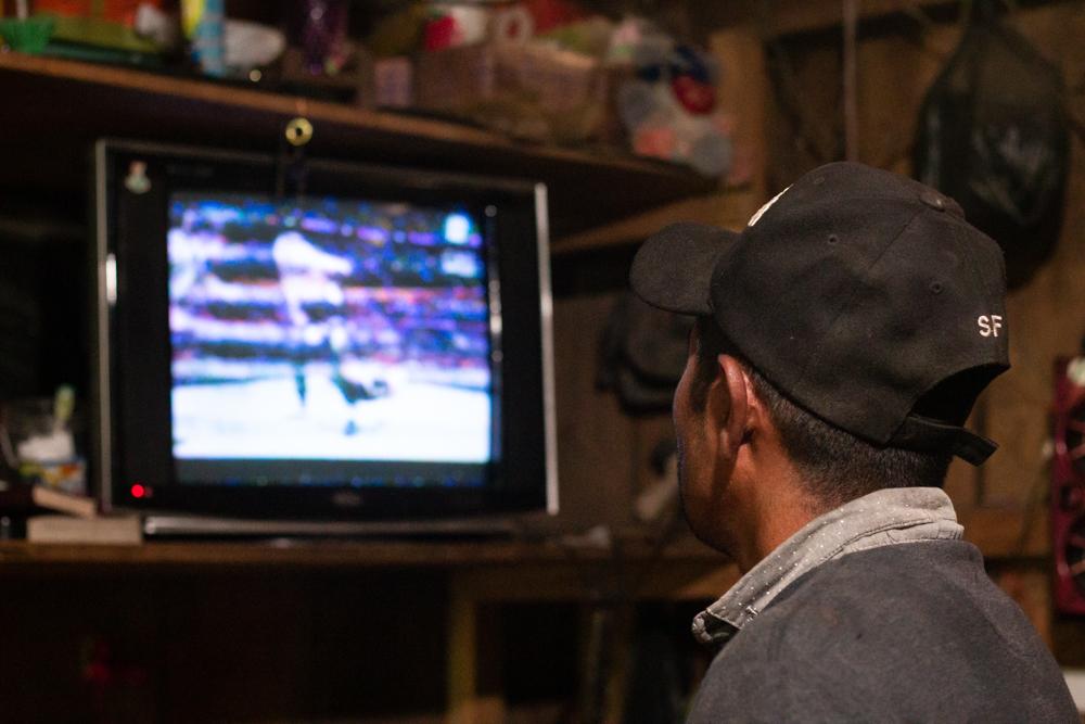 Narciso Sánchez viendo el televisor en su hogar