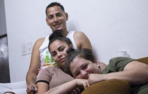 Osman, Kory y su pareja Julieth. Las tres personas juntas sonríen.